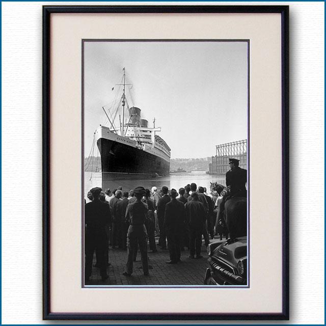 1962年 ニューヨーク港ストライキ・客船クイーンメリー タグ無し着岸の写真 3277LL