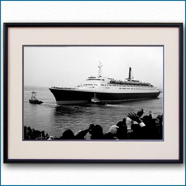 1969年 客船クイーンエリザベス2・処女航海出航の写真 3287LL